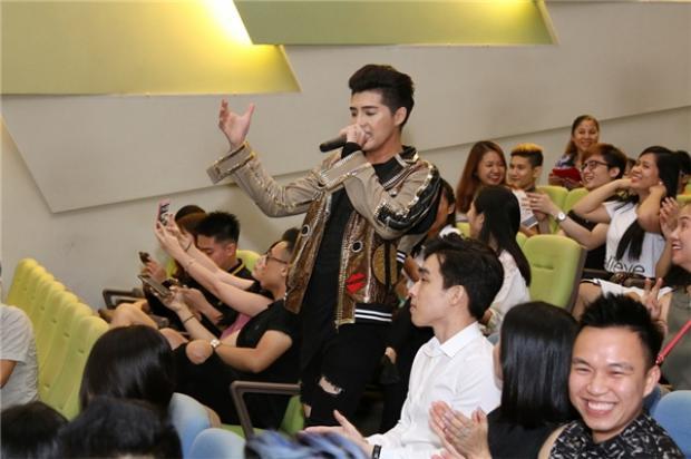 """Nam ca sĩ cũng được người hâm mộ đón tiếp và thể hiện tình cảm """"dữ dội"""", không hề thua kém những buổi gặp gỡ fan ở Việt Nam."""