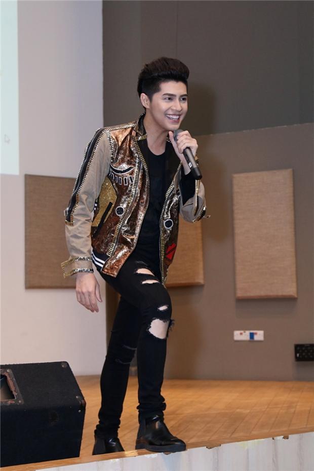 Một số hình ảnh trong mini concert tại Singapore của nam HLV Giọng hát Việt 2017.