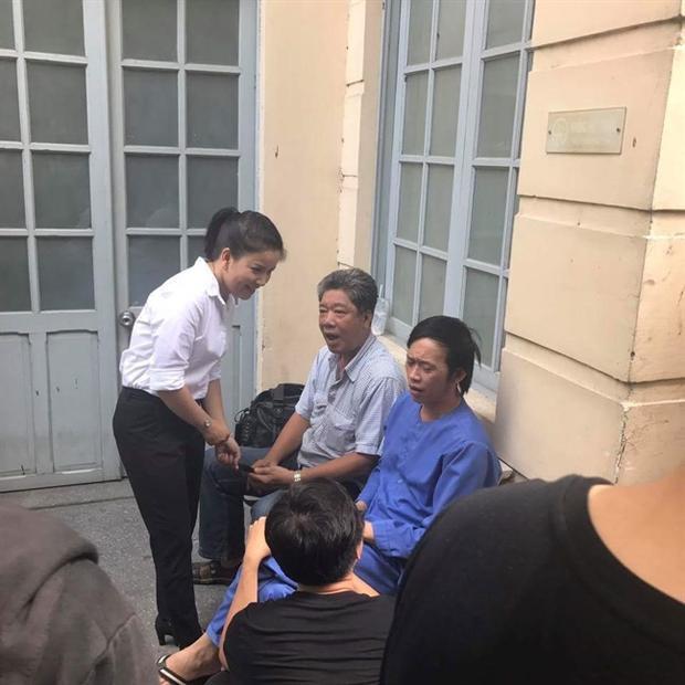 NSƯT Hoài Linh cũng có mặt tại tòa án để ủng hộ tinh thần người em.