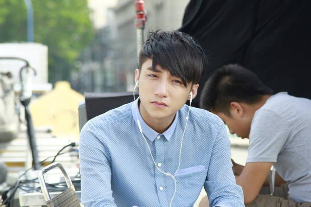Trong phim, Sơn Tùng đảm nhận vai chính Đình Phong, được lấy cảm hứng từ ca sĩ Wanbi Tuấn Anh và kịch bản cũng được dựa trên quyển tự truyện Bắt đầu một kết thúc của anh.