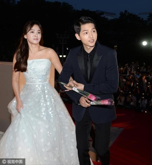 Hình ảnh nắm tay cực kỳ tình cảm của cặp đôi Song Joong Ki và Song Hye Kyo