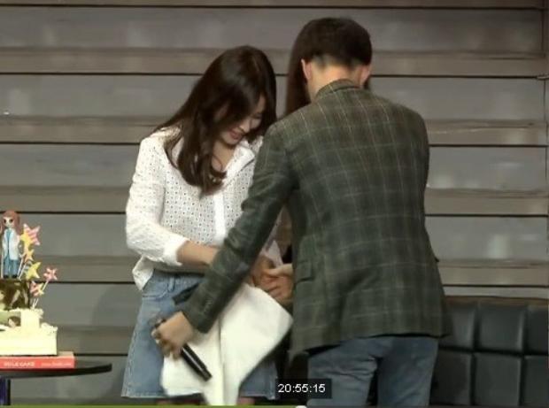 Nam diễn viên điển trai còn chủ động mở khăn và choàng dưới chân Song Hye Kyo, tránh sự cố lộ hàng không đáng có.