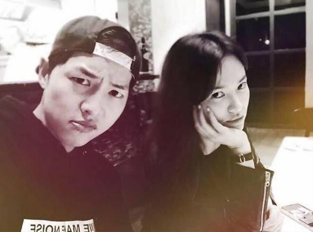 """Trên Instagram cá nhân, Song Hye Kyo khoe loạt ảnh """"độc"""" cực đáng yêu bên Song Joong Ki. Cặp đôi liên tục thể hiện nhiều biểu cảm giống nhau từ phụng phịu…"""