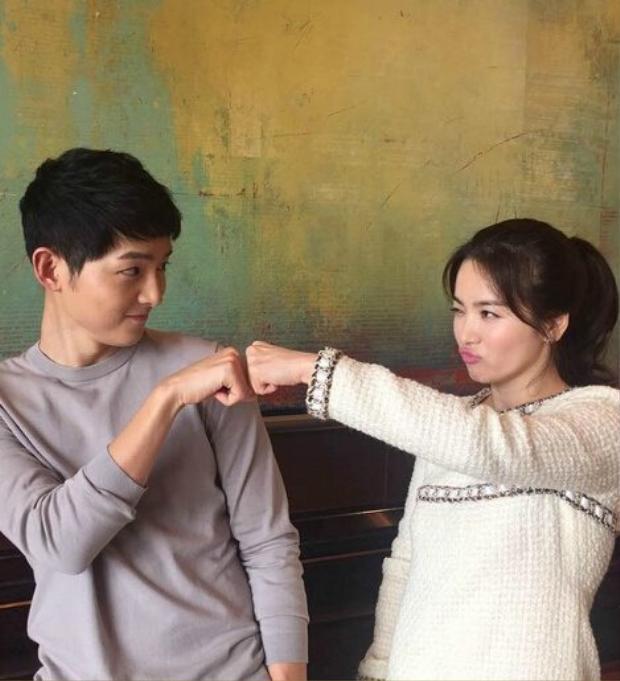 Song Hye Kyo khoe ảnh cô và người yêu đấm tay, nhìn nhau đầy tình cảm trong hậu trường.
