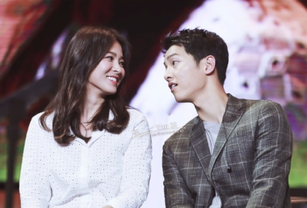 Cặp đôi liên tục dành cho nhau những cử chỉ, ánh mắt tình cảm.