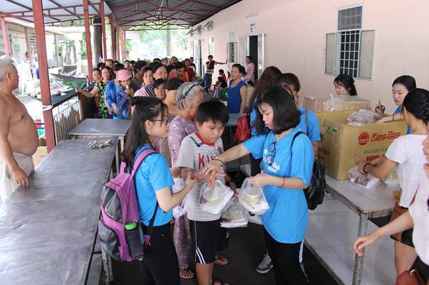 Tại TP.HCM, fan Sơn Tùng M-TP còn mặc áo màu xanh đi trao tặng 300 phần cơm trưa miễn phí cho những bệnh nhi có hoàn cảnh khó khăn tại bệnh viện Nhi Đồng 2.