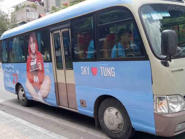Sky chơi lớn thuê hẳn 3 xe bus dán hình Sơn Tùng M-TP, diễu hành mừng sinh nhật