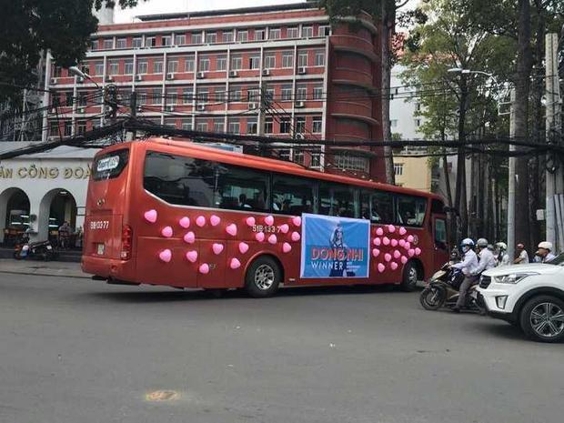 Fan Đông Nhi thuê 2 chiếc xe buýt để đón thần tượng từ Hà Lan trở về.