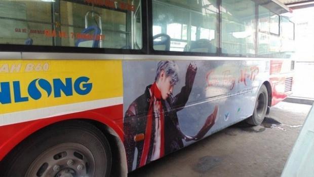 Trước đó, các bạn cũng thuê 2 chiếc xe bus để treo hình chúc mừng sinh nhật thần tượng.
