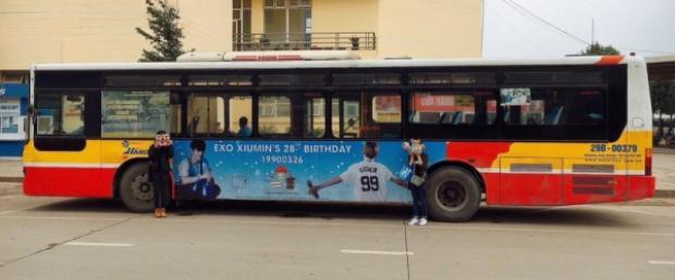 Qua tìm hiểu, chiếc xe bus trong hình chính là một project (dự án) chúc mừng sinh nhậtXiumin mà cộng đồng EXO-L Việt Nam chung tay tổ chức từ hồi đầu tháng 3/2017.