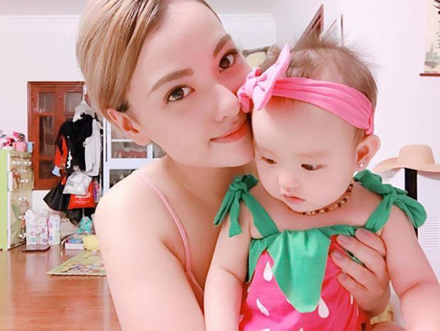 Người mẫu thường xuyên chia sẻ hình ảnh đáng yêu của con gái.