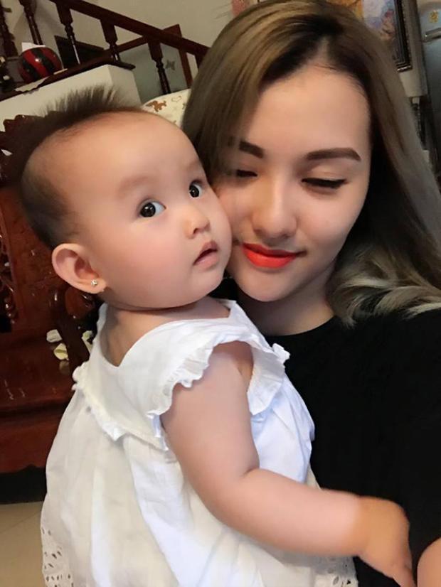 Mới 8 tháng tuổi, con gái Hồng Quế đã đáng yêu và hứa hẹn gây bão showbiz Việt
