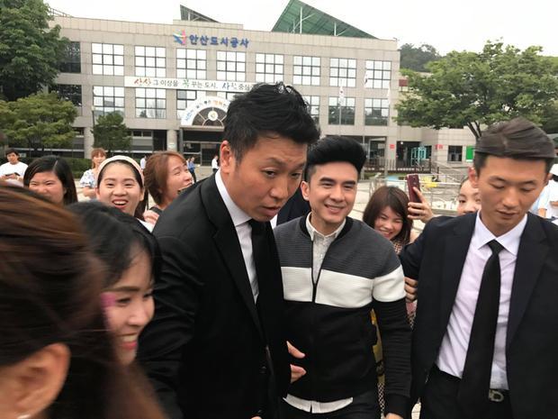 Đan Trường lưu diễn ở nước ngoài nhưng vẫn được rất nhiều người hâm mộ quan tâm.