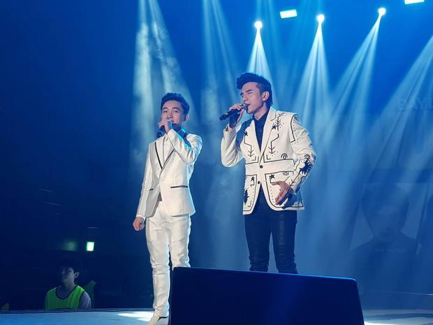 Học trò cưng của Đan Trường - ca sĩ Trung Quang cũng tham gia buổi diễn cùng đàn anh.