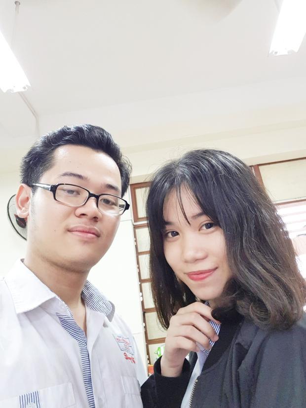 Cậu bạn chụp hình cùng cô bạn cùng lớp trong ngày bế giảng.