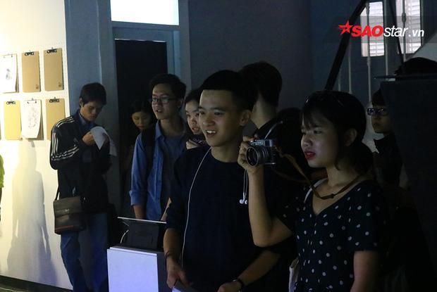 Các bạn trẻ háo hứng với hiệu ứng animation trong buổi triển lãm