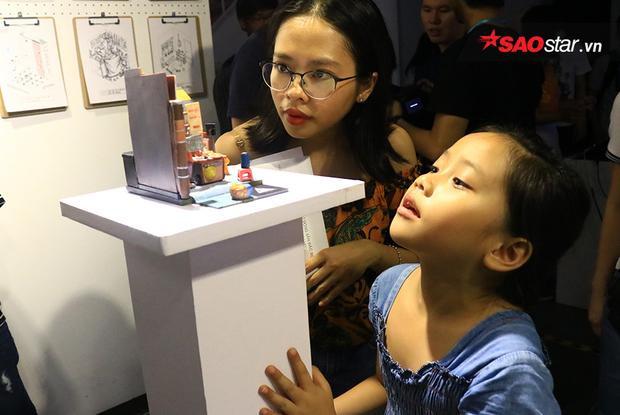 Một em nhỏ rất háo hức khi nhìn thấy mô hình Sài Gòn chỉ trong 3 mét vuông