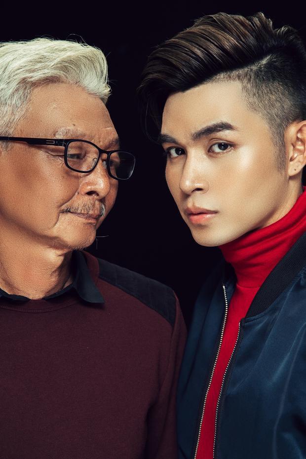 Jun Phạm và cha chụp cùng nhau trong một bộ ảnh kỷ niệm.