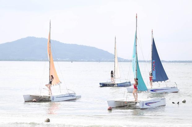 Khó khăn sẽ nhân đôi khi các thí sinh phải đứng trên thuyền buồm giữa biển để thực hiện thử thách chụp ảnh.