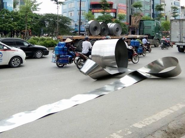 Cuộn inox trên xe container bất ngờ rơi xuống đường.