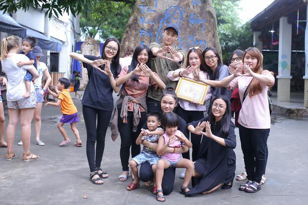 Rocker Nguyễn đã có một ngày sinh nhật vô cùng ý nghĩa bên các em nhỏ và người hâm mộ.