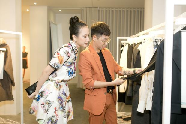 Song hành cùng cô là stylist Hoàng Ku.