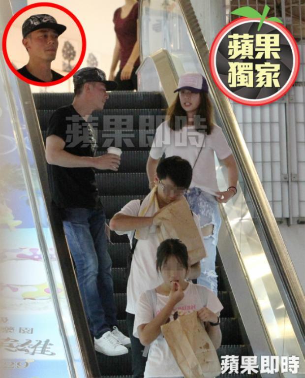 Sau đó cặp đôi đến trung tâm thương mại để xem phim. Đi chơi cùng ông xã Lâm Tâm Như để mặt mộc nhưng nhìn cô vẫn rất trẻ trung so với độ tuổi 41.