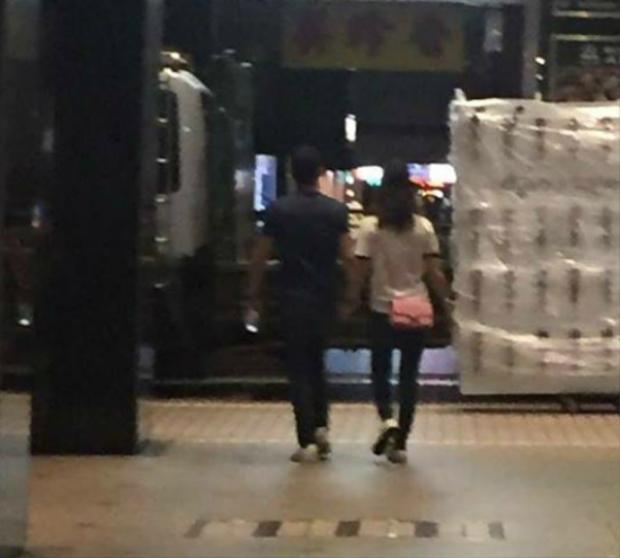Kết thúc một ngày hẹn hò, cặp đôi vui vẻ nắm tay nhau ra về.