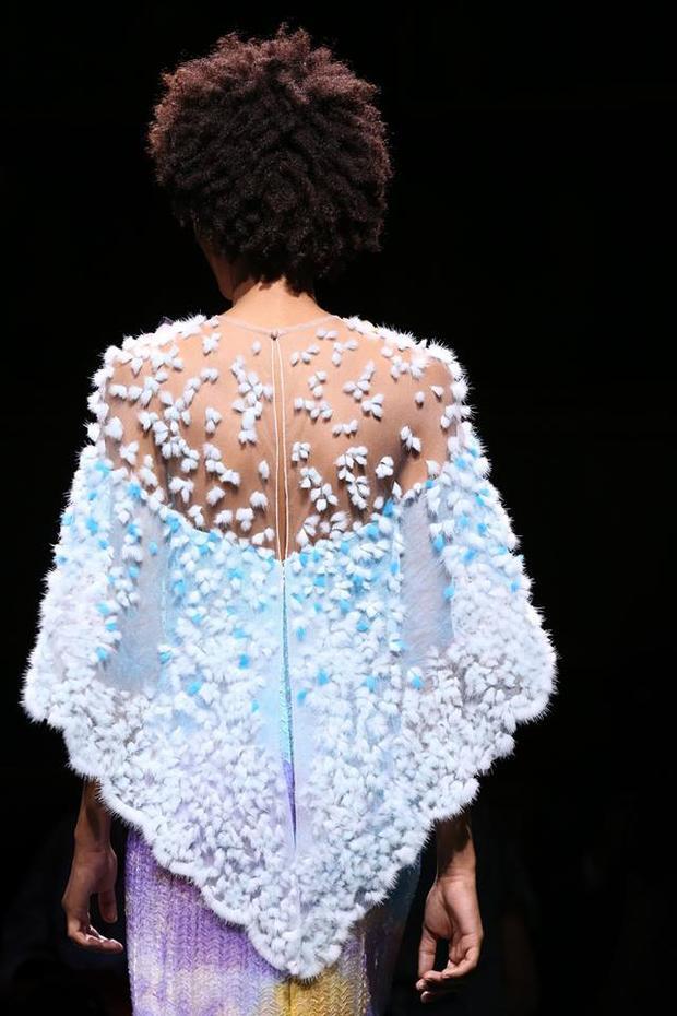 Những chiếc áo khoác được thêu những cánh hoa bằng bông trắng trên chất liệu vải xuyên thấu càng tôn lên vẻ mềm mỏng.