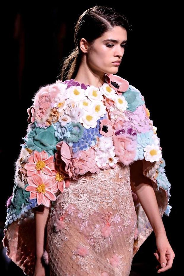 Vẫn phom dáng áo khoác vạt chéo, nhưng với thiết kế này hoa vẫn là yếu tố chủ đạo của sự đính kết hài hòa về màu sắc lẫn kích thước to nhỏ của từng loại.