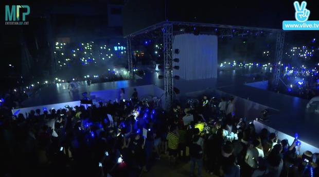 Khán đài rực sáng, người hâm mộ phấn khích vô cùng khi nam ca sĩ gốc Thái Bình xuất hiện.