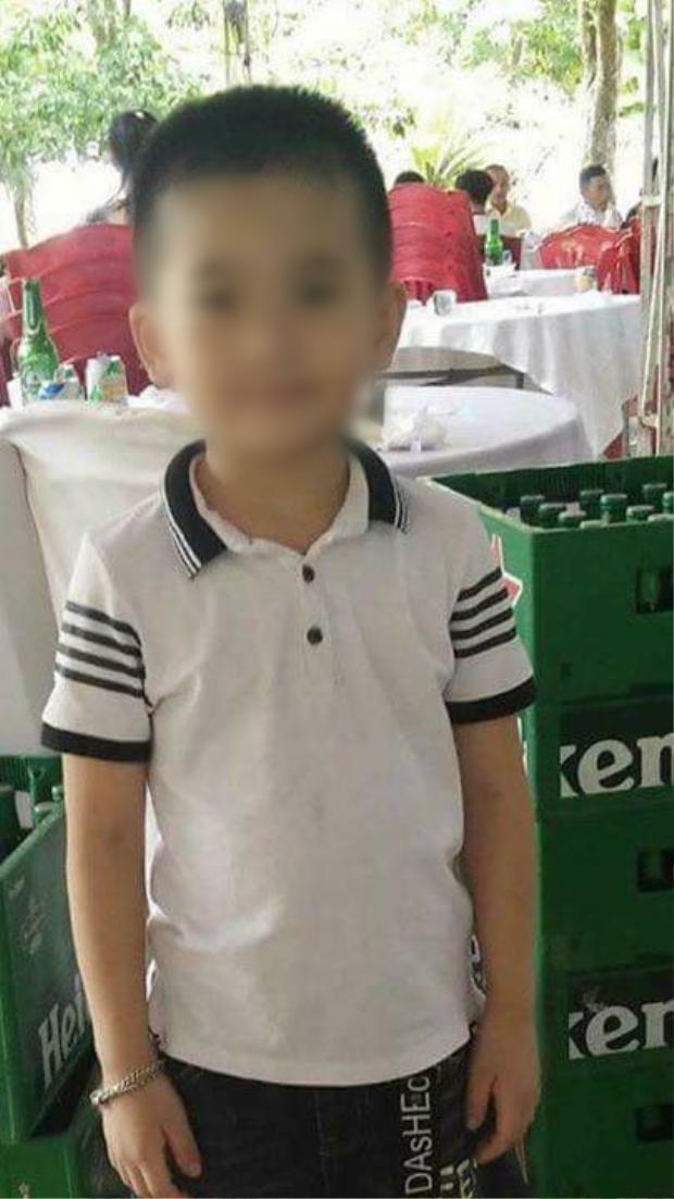 Cha khóc ngất bên quan tài bé trai mất tích ở Quảng Bình: Ba chờ con mãi mà con không về