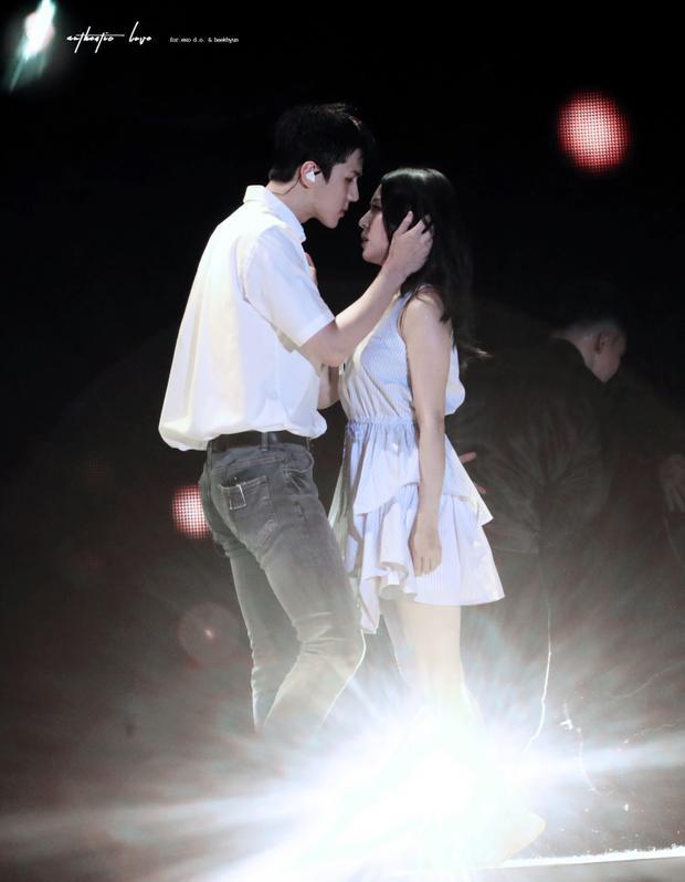 Biểu cảm, ánh mắt, chiều cao, thần thái. Các fan có thể nhận ra sự trưởng thành của Sehun qua những sân khấu kết hợp cùng BoA qua từng năm.