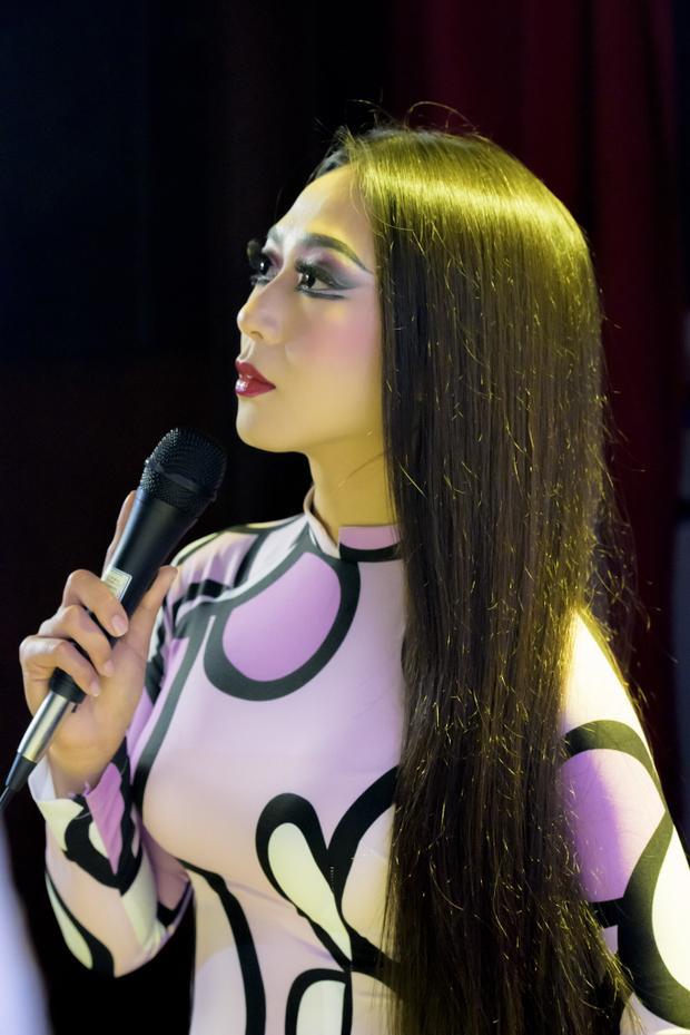 Nghệ sĩ hải ngoại Hà Thanh Xuân được lựa chọn vào vai cố nghệ sĩ Thanh Nga vì dáng vóc gần giống.