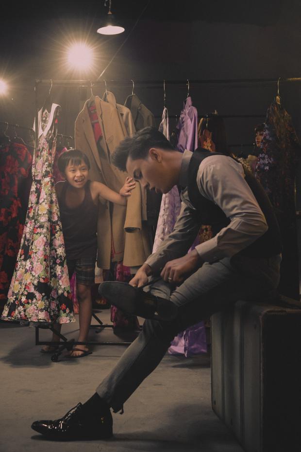 và Hoài Lâm vào vai chính mình - những nghệ sĩ nổi tiếng trong trailer liveshow bolero này.