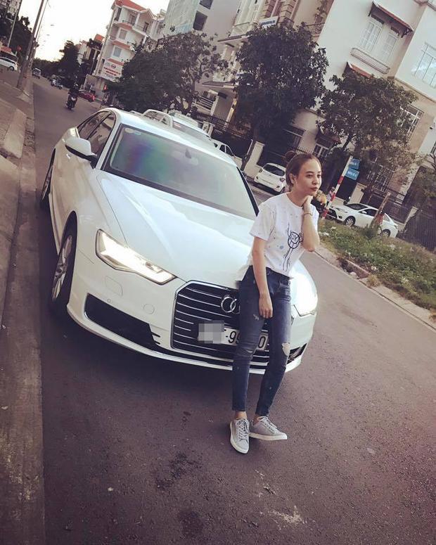 Chưa kể, theo nhiều nguồn tin, Cường Đô La thường chở tình mới đi chơi bằng xe màu trắng thì chân dài Đàm Thu Trang cũng sở hữu một chiếc xe giống hệt vậy.