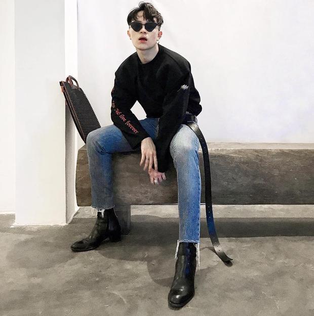Công thức thường thấy mà chàng stylist áp dụng cho bộ đồ của mình chính là những chiếc quần skinny bó sát, giày da và áo form oversized.