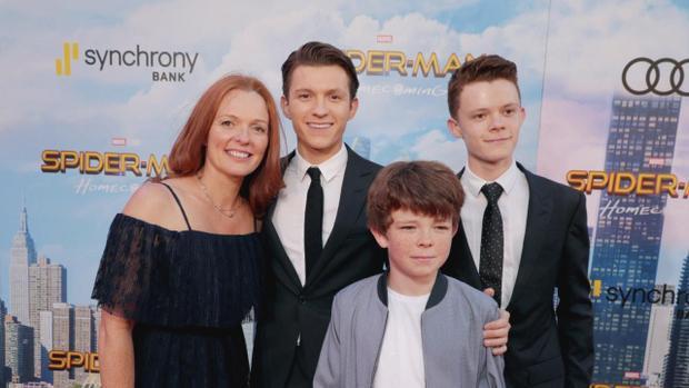 Tom và mẹ cùng hai em trong buổi công chiếu Spider-Man tại Anh. Tom là anh cả trong gia đình có 4 người con trai.