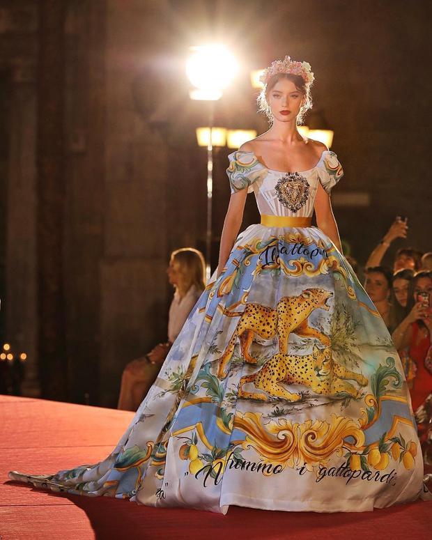 Một bức bích họa kỳ công và sống động về cuộc sống hoang dã nơi vùng thủ phủ Palermo đã được thể hiện sắc nét trên chiếc đầm ball gown thướt tha.