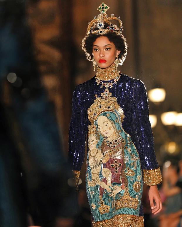 Sự quyền lực của vua chúa được ghi lại trên bộ cánh sequin lấp lánh cùng hình ảnh thần, thánh và chiếc vương miện tinh xảo. Cái hay, cái đặc biệt của Dolce & Gabbana không chỉ đến từ cách xử lý trang phục tinh tế mà các phụ kiện cầu kì được chế tác tinh vi hàng trăm giờ liền cũng ghi đậm dấu ấn của làng thời trang cao cấp.