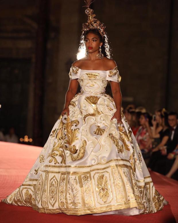 Lấp lánh, hoàn hảo và vô cùng cao quý hệt như những người phụ nữ sống trong nơi hoàng gia sang trọng.