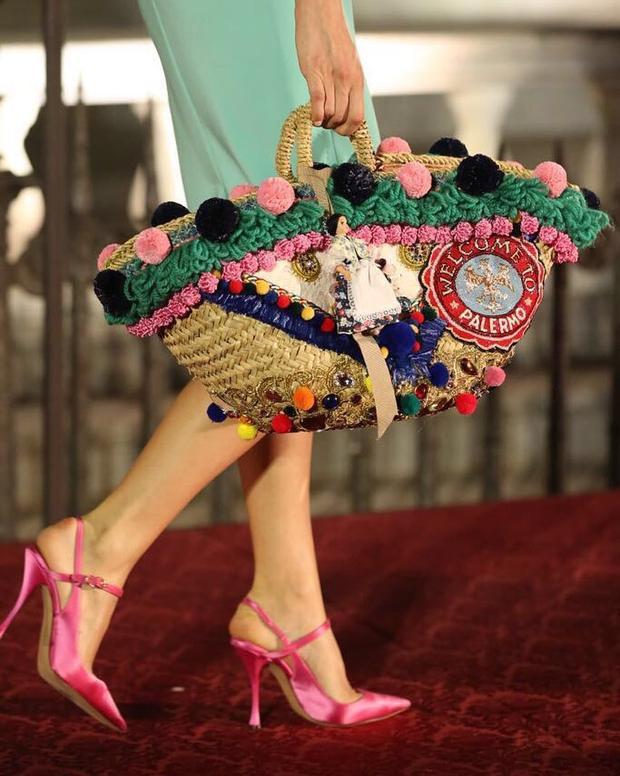 Dù vẫn thể hiện được nét cổ điển nhưng tuyệt nhiên, đã là nhà mốt sáng tạo hàng đầu thế giới thì những sản phẩm chắc chắn phải mang tính ứng dựng cao cùng ý tưởng bắt kịp xu hướng. Chiếc túi cói đính bông sặc sỡ của Dolce & Gabbana sẽ là món đồ được giới thời trang săn lùng tìm kiếm.