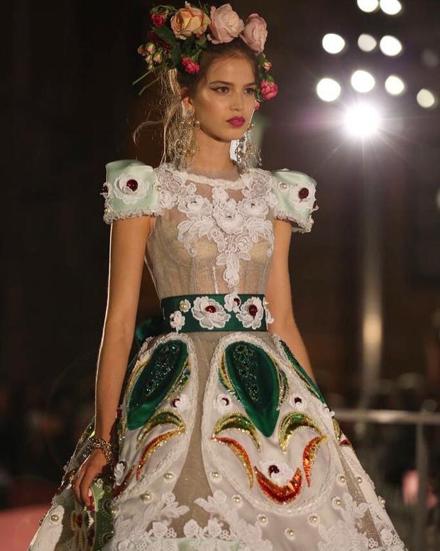 Những thiết kế trang phục bằng ren và xuyên thấu đính kết (sequin, cườm, đá pha lê…) cùng trang sức mạ vàng, bạc xa hoa sẽ giúp các cô gái hóa thân thành những nàng tiên bước ra từ khu vườn cổ tích.