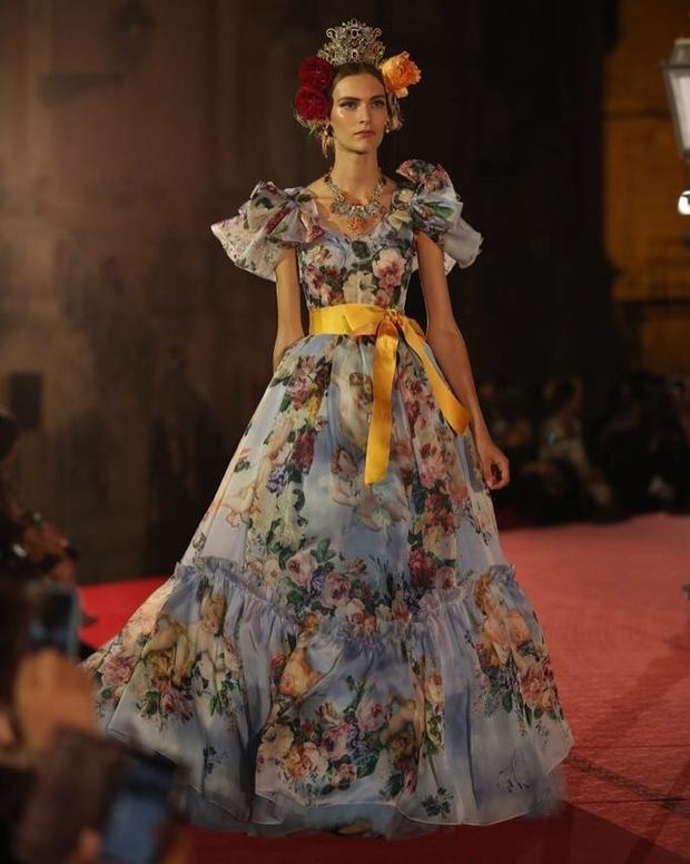 Cả một vườn hoa ngát hương trong chiếc váy xếp tầng bồng bềnh kết hợp cùng vòng cổ kết hạt và vương miện mạ vàng sẽ đưa bước chân bạn trở về với thế giớithần tiên, nơi các cô gái đều mang một giấc mơ trở thành nàng công chúa.