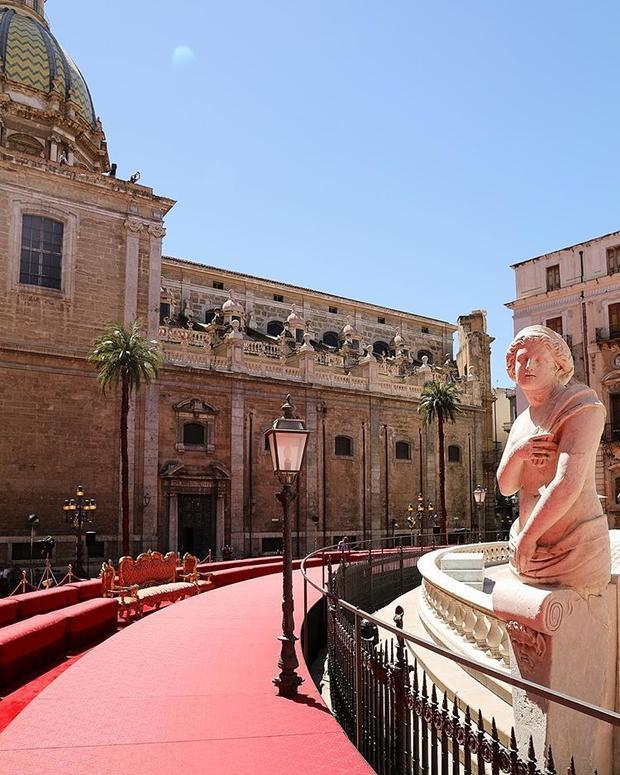 """Show diễn đã """"chọn mặt gửi vàng"""" tại quảng trường đài phun nước Piazza Pretoria, một trong những những công trình kiến trúc quan trọng được đánh giá cao ở Palermo. Một vẻ đẹp cổ kính đầy kiêu hãnh của thời gian."""