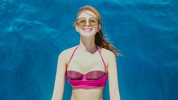 Diện bikini lạc trôi tận Hy Lạp, Minh Hằng không quên chiêu đãi fan MV mới toanh