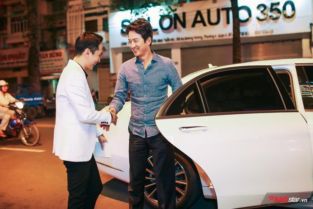Tối 10/7, Jung Joon Ho góp mặt tại một sự kiện ở quận 5, TP.HCM. Nam diễn viên người Hàn Quốc nhận được sự quan tâm của cánh truyền thông lẫn các khách mời tham dự. Anh ăn vận đơn giản với áo sơ mi, quần tây nhưng lại toát lên vẻ thanh lịch và cuốn hút.