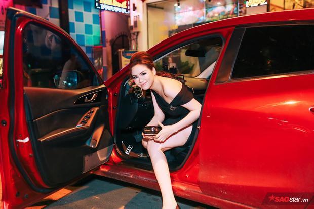 Hoa hậu Diễm Hương đến địa điểm tổ chức buổi tiệc khá muộn. Cô cũng tự cầm lái và lẻ bóng trong sự kiện.
