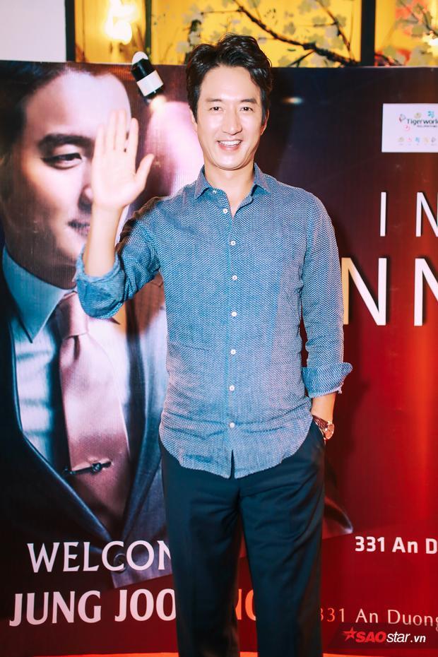 """Mặc dù đã 47 tuổi, Jung Joon Ho vẫn rất phong độ. Diễn viên Mật danh Iris ghi điểm bằng sự thân thiện, gần gũi cùng nụ cười luôn nở trên môi. Ở xử sở kim chi, anh là diễn viên kỳ cựu với nhiều kinh nghiệm. Jung Joon Ho xuất hiện trong loạt phim như Yêu lần cuối, Two Women, Gia đình bá đạo, Cưới nhầm Mafia… và được mệnh danh là """"Vua cảnh nóng xứ Hàn""""."""