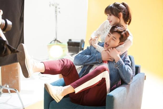 Hình ảnh quen thuộc của Park Seo Joon với chiếc quần sọc thể thao trong bộ phim Fight For My Way - Đời tôi hạng bét.